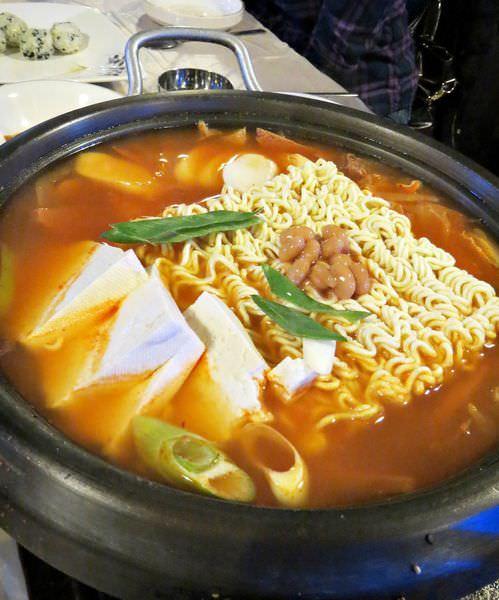 韓國、豬腳定食、宴會麵、辣炒豬肉、紫菜飯糰、部隊鍋